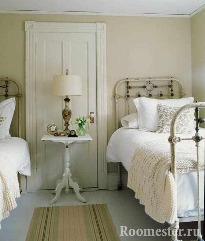 Старинные железные кровати в гостевой комнате