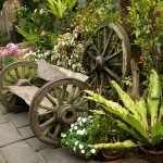 Скамейка из досок и колес от телеги