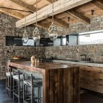 Сочетание камня и дерева на кухне