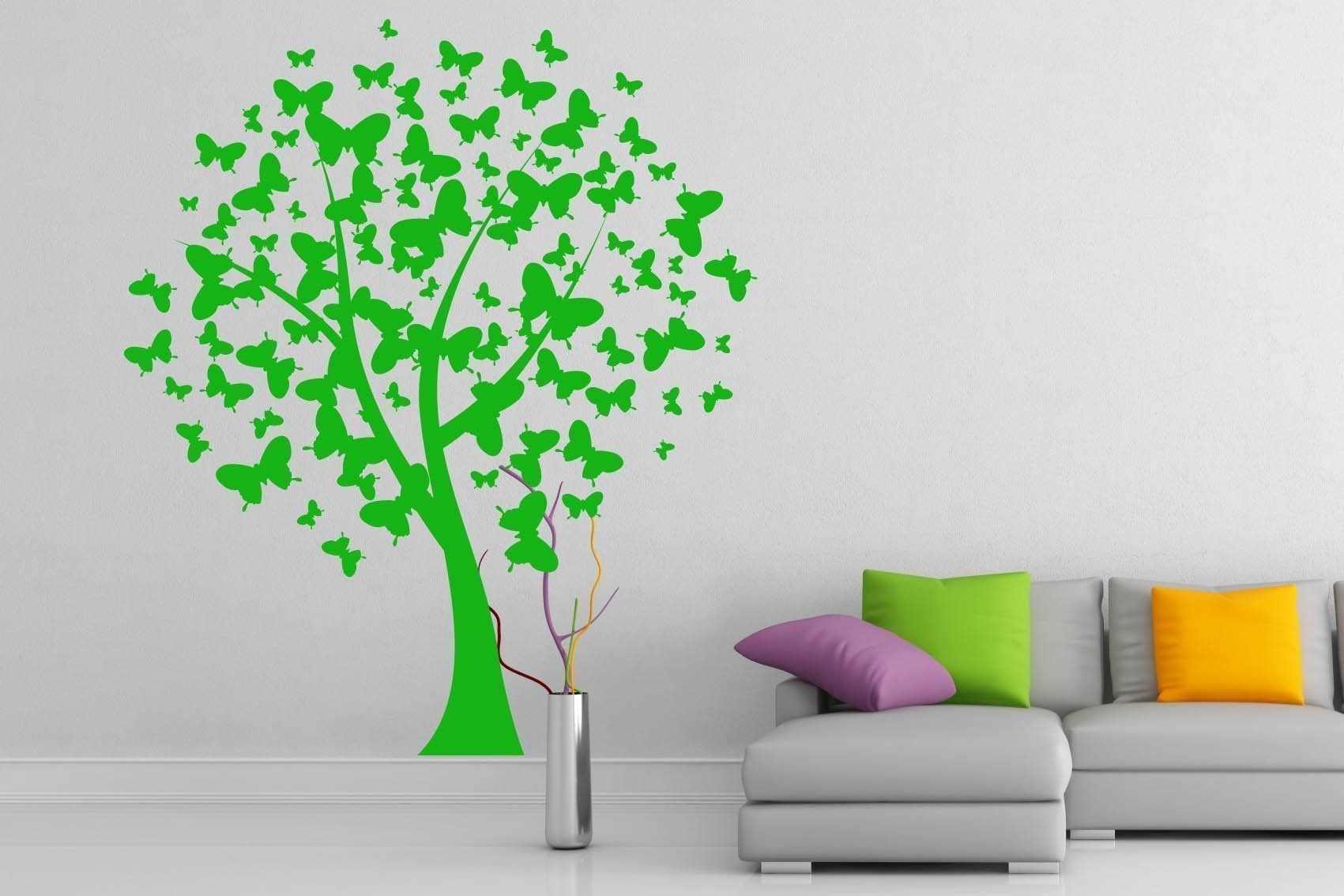 Зеленое дерево на белой стене