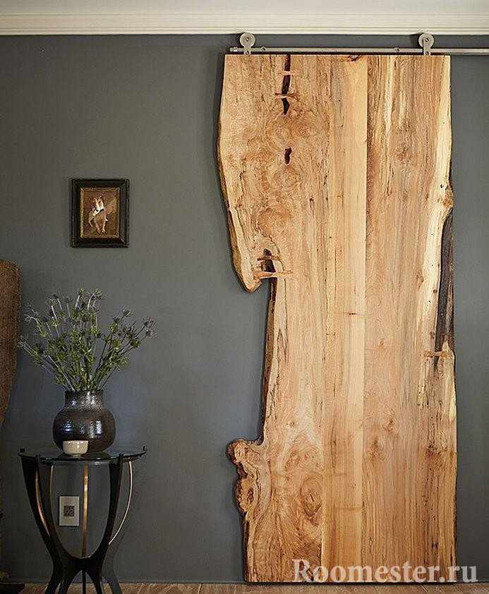 Деревянная дверь из спила дерева