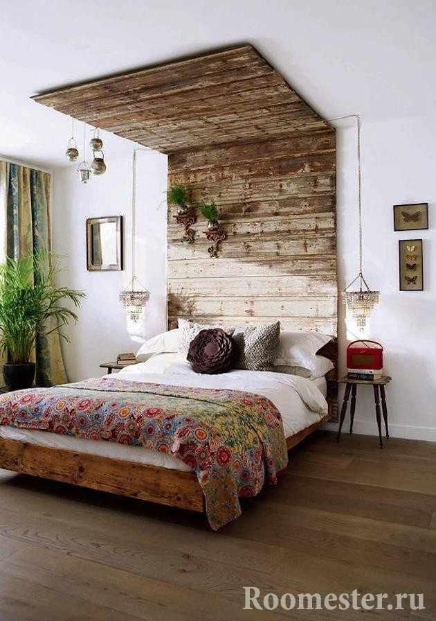 Использование бруса для декора изголовья и потолка