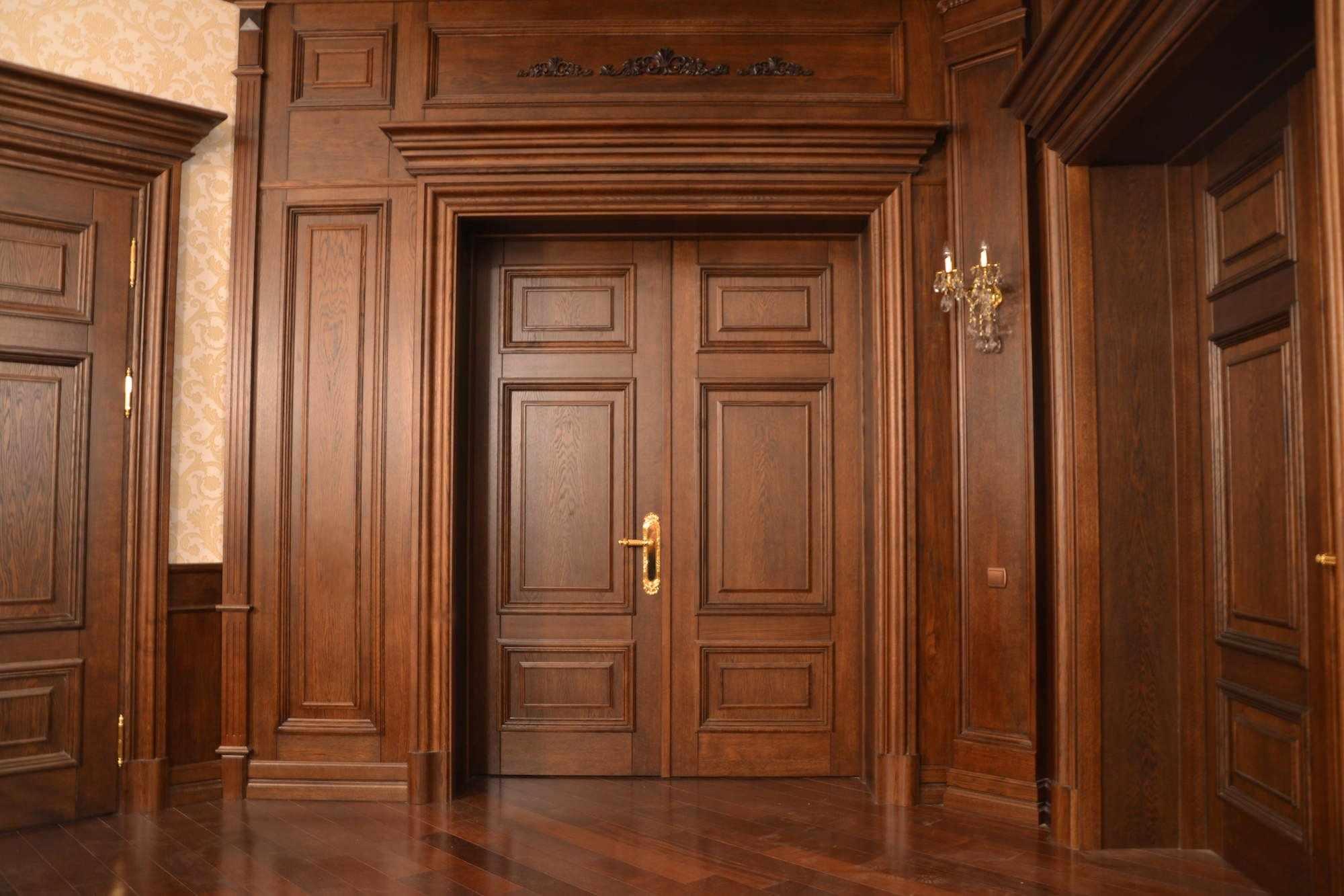 Массивные двери из дерева