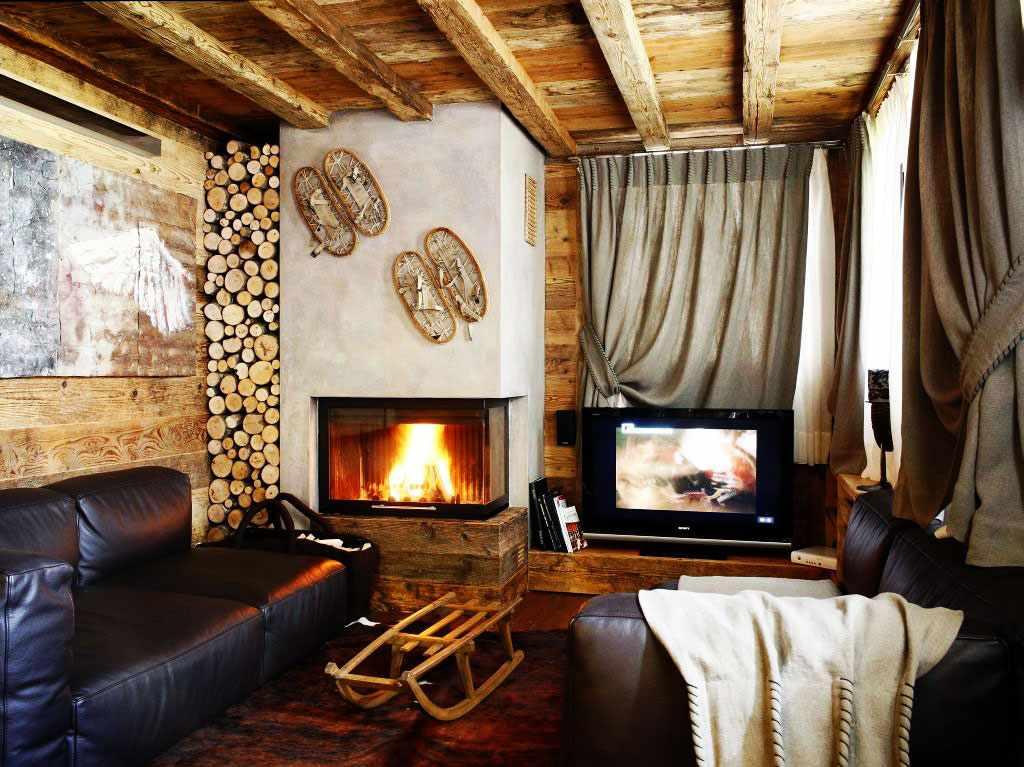 Потолок из досок в деревянном доме