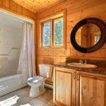 Унитаз между раковиной и ванной