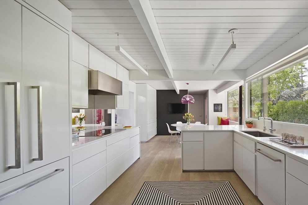 Белый декор кухни с деревянным потолком