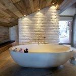 Потолок из дерева в ванной комнате