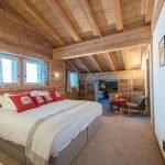 Спальня с деревянным потолком