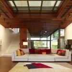 Темный деревянный потолок в зале