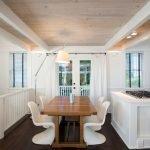 Красивый деревянный потолок на кухне