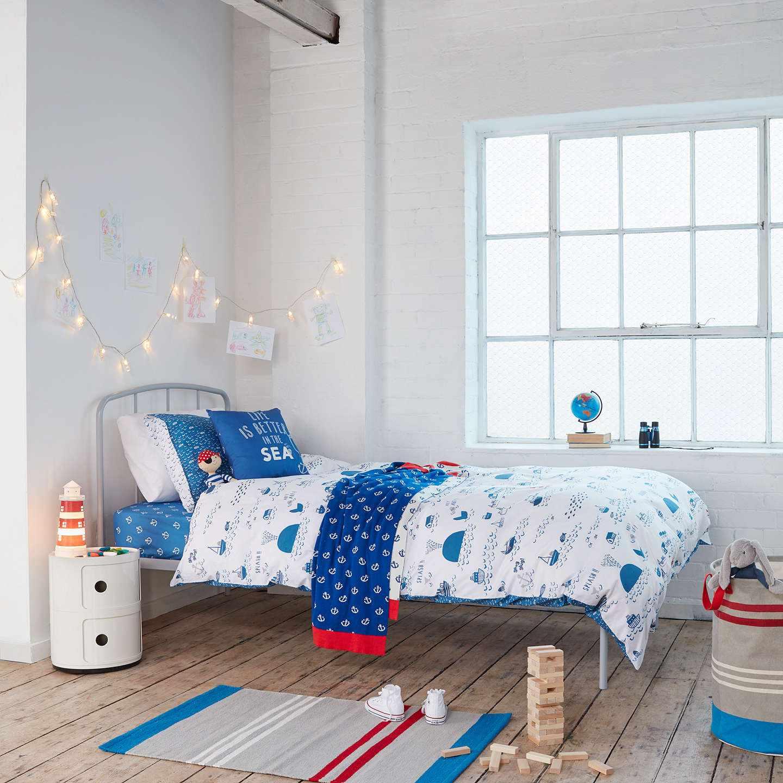 Небольшая кровать в комнате