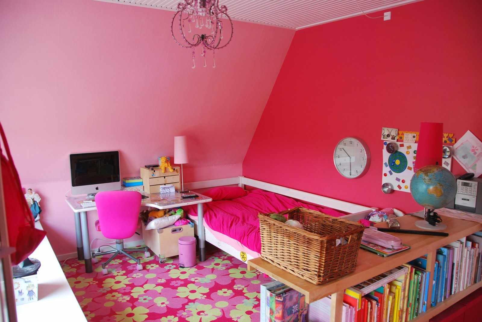 Яркие стены в детской для девочки