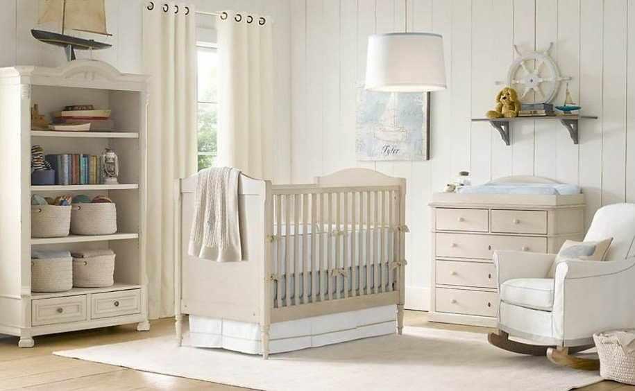 Небольшая детская кроватка