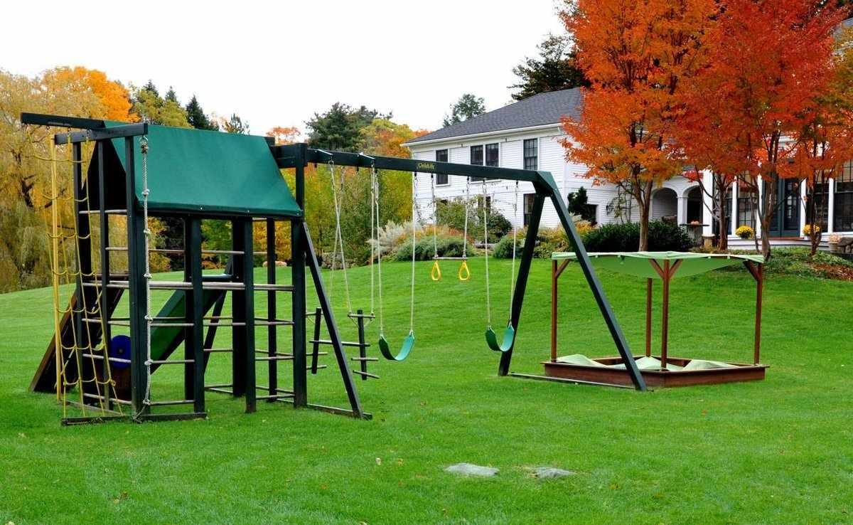 Игровая площадка на искусственном газоне