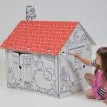 Девочка разрисовывает домик