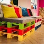 Цветной диван из поддонов