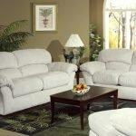 Коричневый столик и белые диваны в гостиной