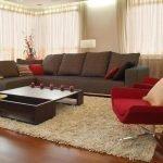 Коричневый диван и красное кресло в гостиной