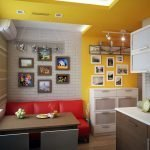 Красный диван в желто-белом интерьере кухни