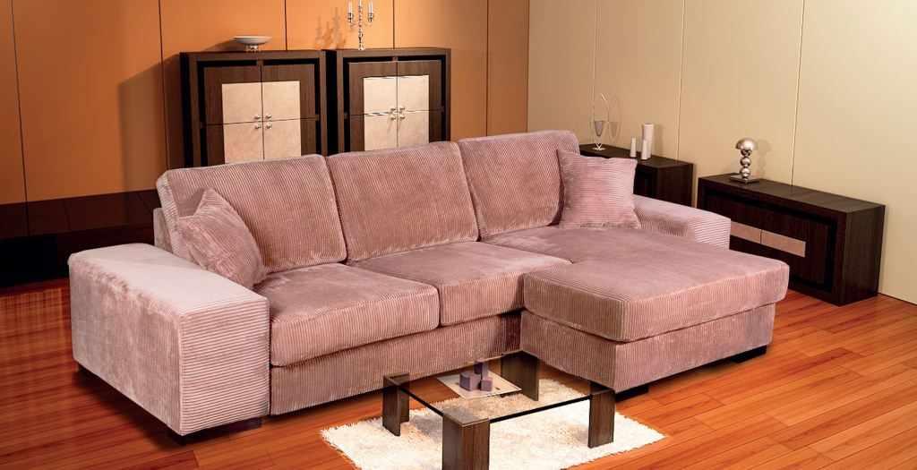 Велюровый диван в интерьере