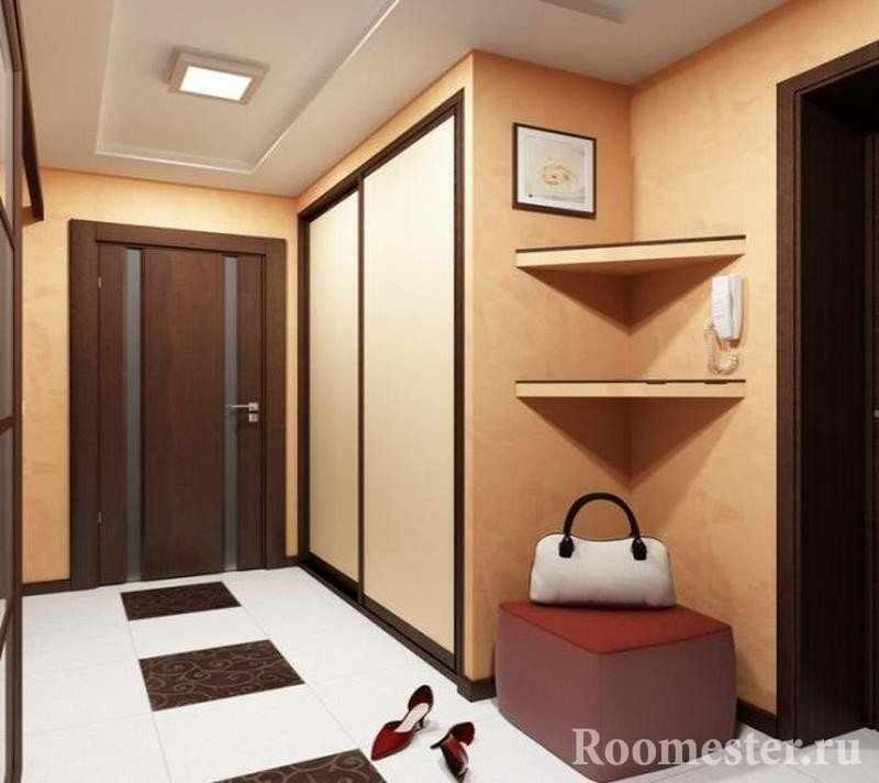 Белая и коричневая плитка на полу