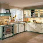 Кухня с бело-зеленой мебелью