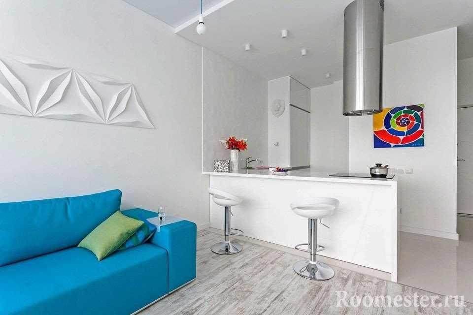 Голубой диван в белом интерьере