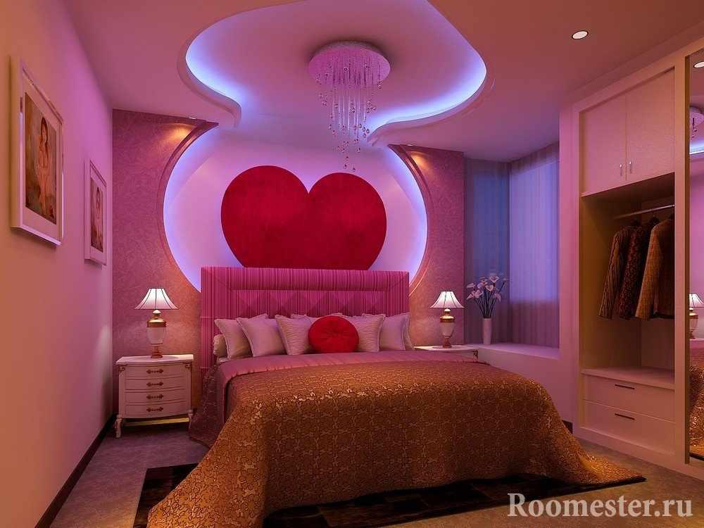 Сердце на стене и потолке