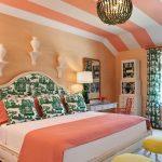 Спальня с потолком в полоску