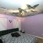 Узоры с цветами и бабочками на потолке
