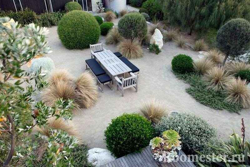 Стол и скамейки в саду