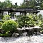 Камни и деревца в саду