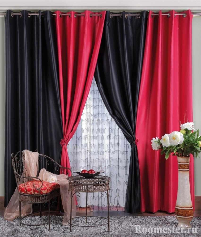 Сочетание черных и красных штор