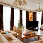 Шоколадные шторы и светлая мебель в интерьере