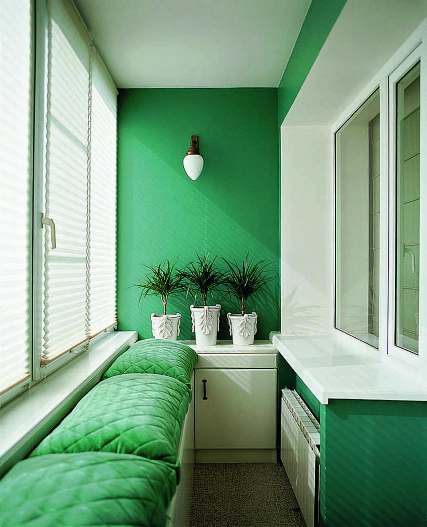 Балкон с бело-зеленым интерьером