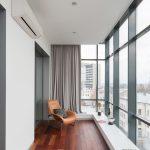 Кресло на балконе у окна