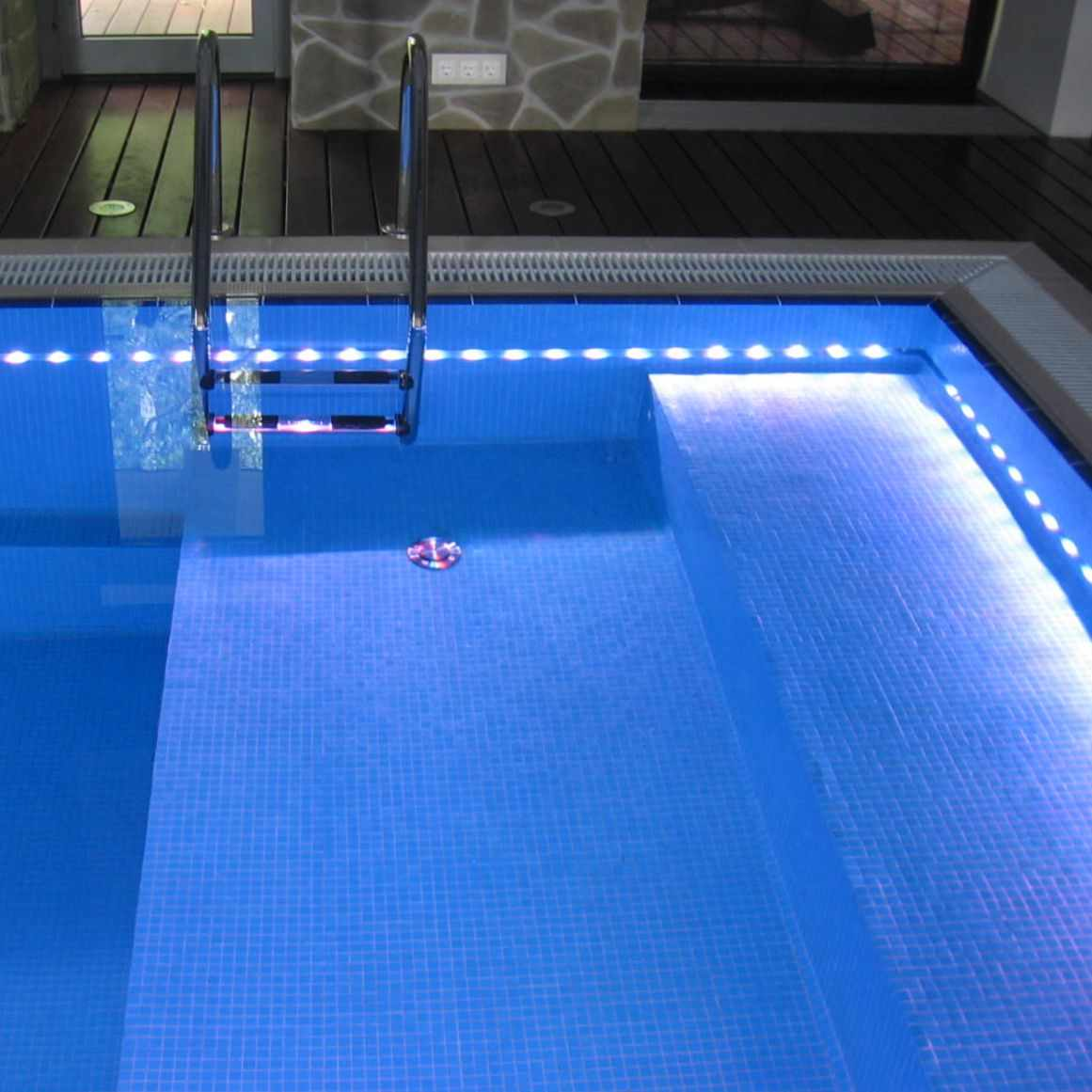 Бассейн с подсветкой