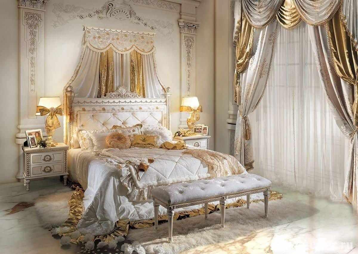 Кровать в классической белой спальне и стеной украшеной лепниной