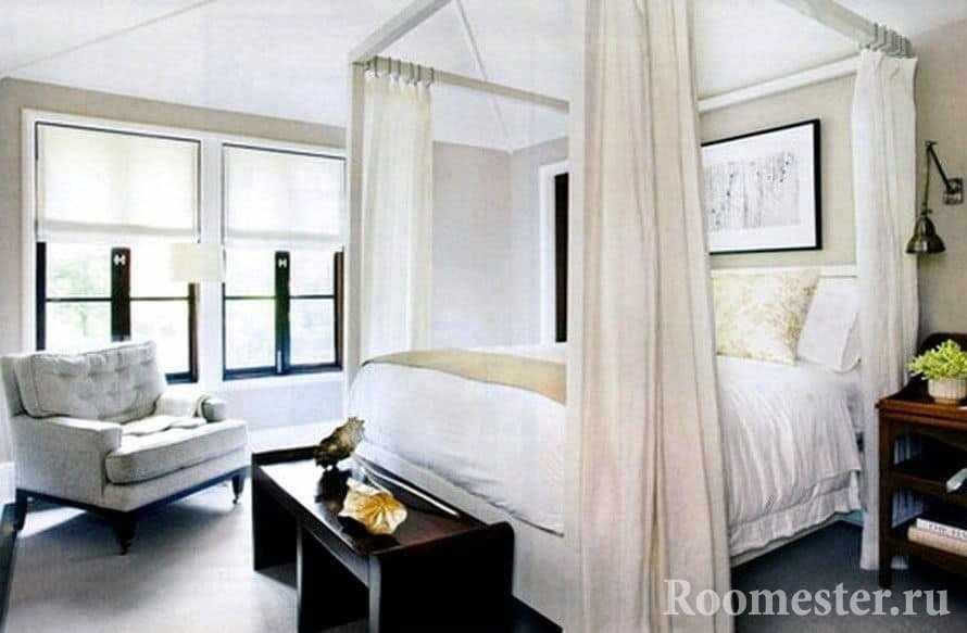 Классическая белая спальня с кроватью с балдахином