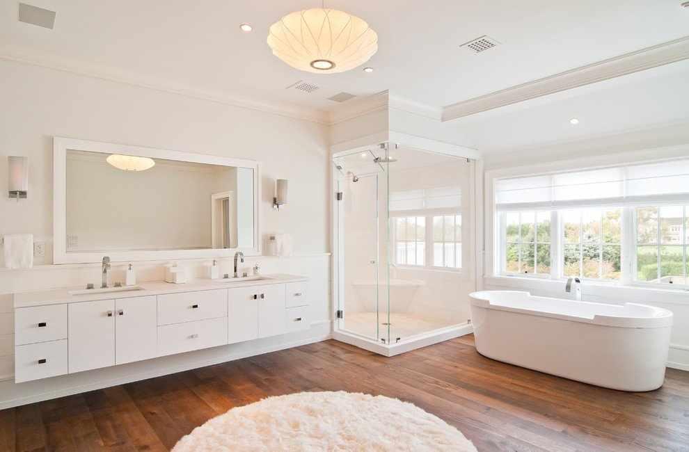 Белая ванная в коттедже