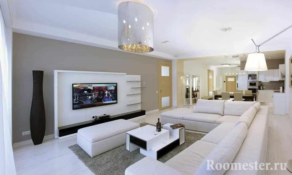 Угловой диван по центру гостиной комнаты