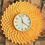 Кирпичная стена с часами