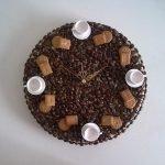 Циферблат с чашками, кофейными зернами и печеньем