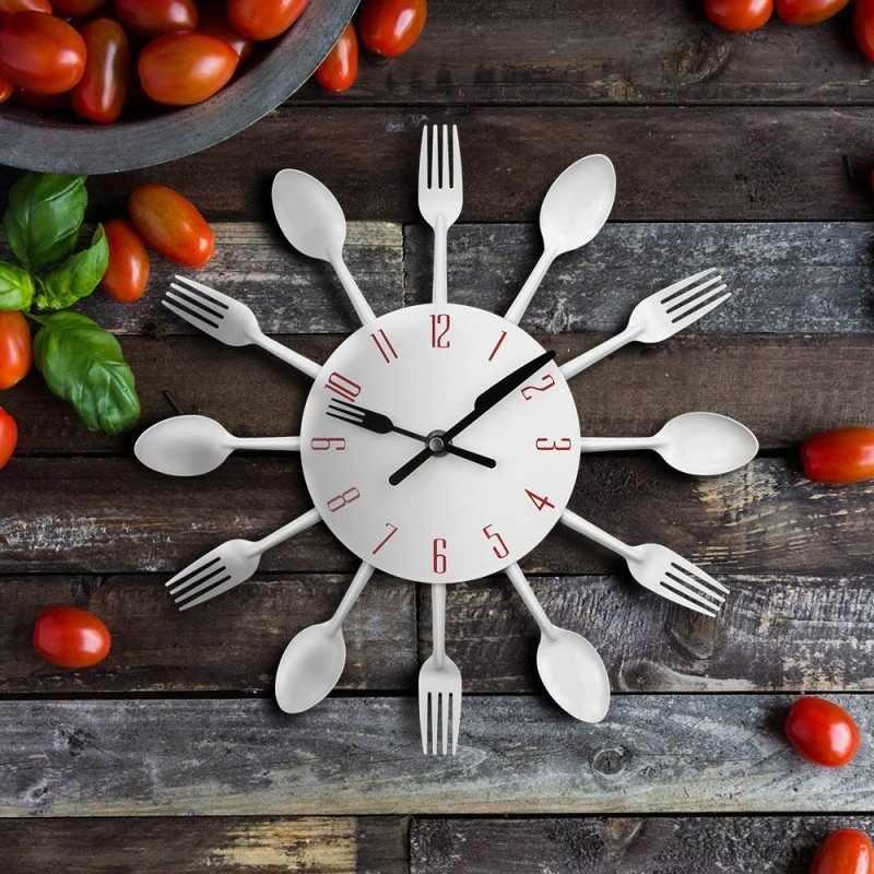 Белые часы на столе