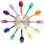 Часы с цветными ложками и вилками