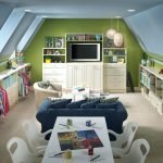 Столик и диван перед телевизором