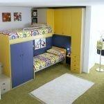 Желто-синяя мебель в детской