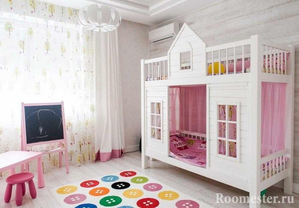 Кровать домик в комнате для девочек