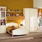 Кровать между шкафами