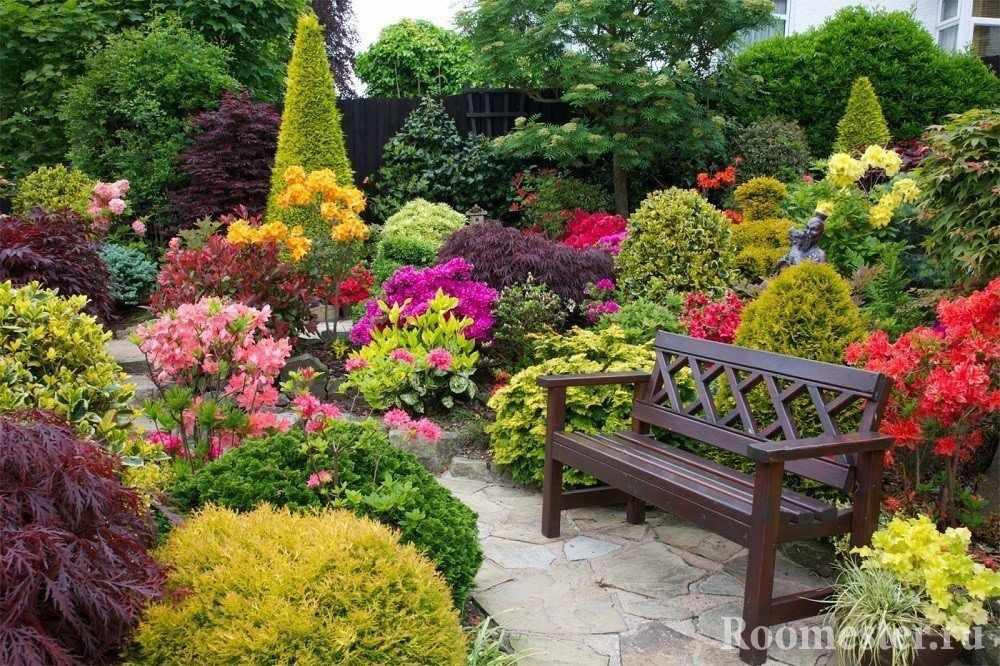 Скамейка среди цветника